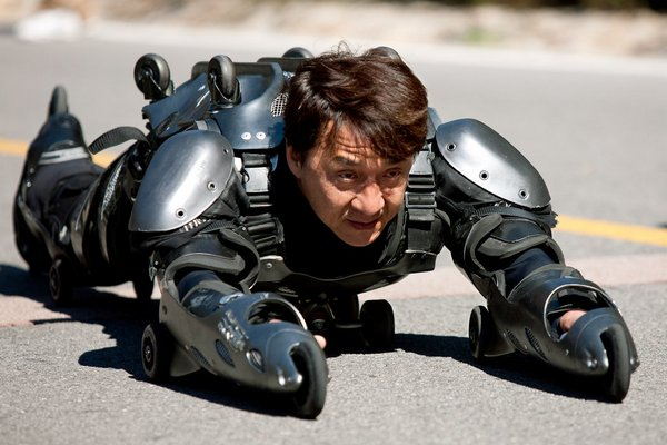Học theo Jackie Chan, thanh niên Trung Quốc mặc bộ đồ trượt patin lao ra cao tốc