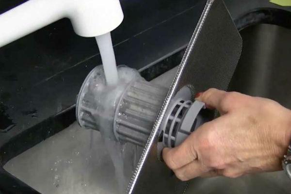 Mua máy rửa bát: có nên chọn loại có bộ lọc tự động làm sạch?
