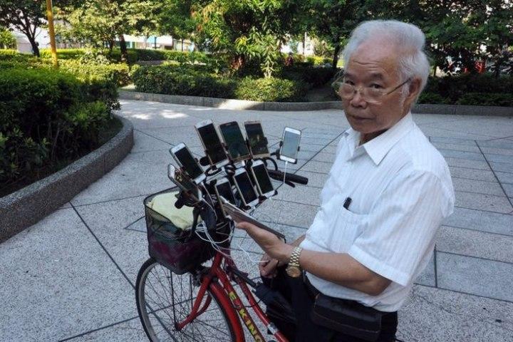 Cụ ông 70 tuổi lắp 11 chiếc smartphone lên xe đạp để... đi bắt Pokemon
