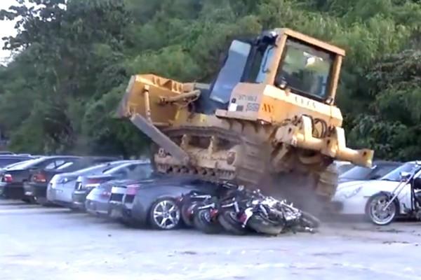 """Philippines dùng máy xúc """"nghiền nát"""" loạt siêu xe nhập lậu"""