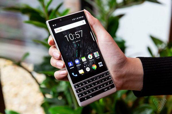 JerryRigsEverything tra tấn BlackBerry Key2: Bền không thua gì các đối thủ
