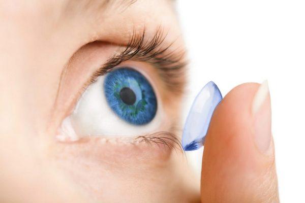 Sốc: Kính áp tròng kẹt trong mí mắt, 28 năm sau mới biết để lấy ra