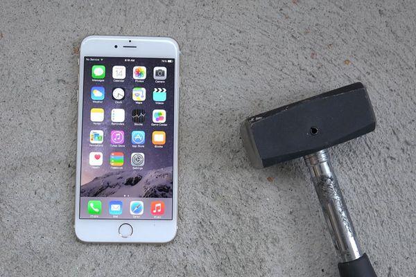 Bị Mỹ áp thuế vô lý, người dân Thổ Nhĩ Kỳ đập nát iPhone để phản đối
