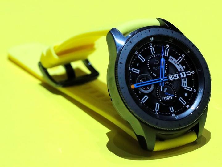 So sánh Galaxy Watch 330 USD của Samsung và Apple Watch