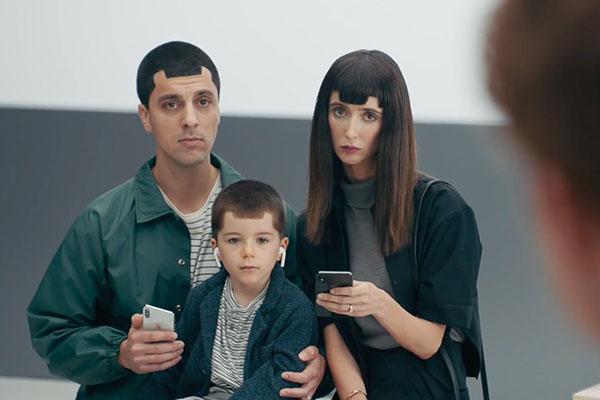 Ảnh chế Samsung 'cô đơn' trong trào lưu màn hình tai thỏ