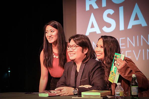 """Hóa ra tác giả của """"Crazy Rich Asians"""" đang… bị truy nã ở Singapore"""