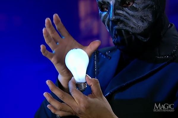"""Giải mã màn ảo thuật """"tay không thắp sáng bóng đèn"""""""