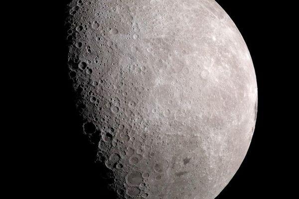 NASA: Có hàng trăm tỷ tấn nước tồn tại dưới dạng băng ở vùng cực của Mặt Trăng