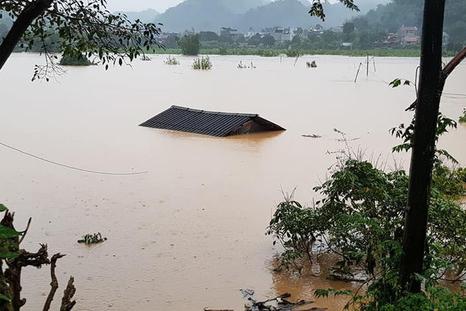 """Cận cảnh trận mưa lũ lịch sử """"nhấn chìm"""" tỉnh Sơn La"""