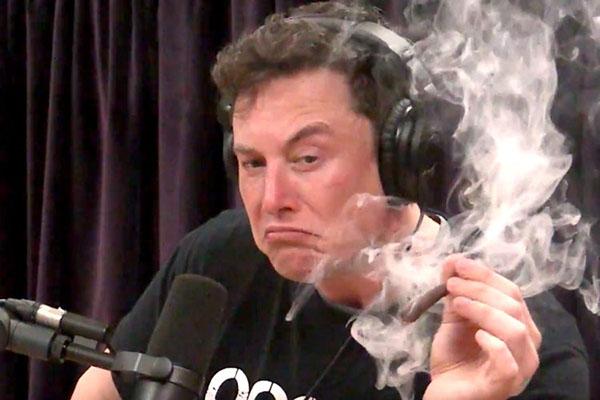 Elon Musk gây sốc khi uống rượu, hút cần sa giữa buổi phỏng vấn trực tiếp