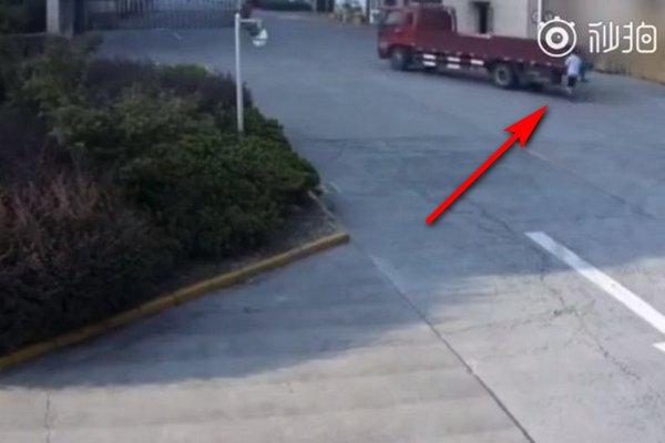 Mải dùng điện thoại, thanh niên Trung Quốc bị xe tải lùi vào người mà không hề hay biết