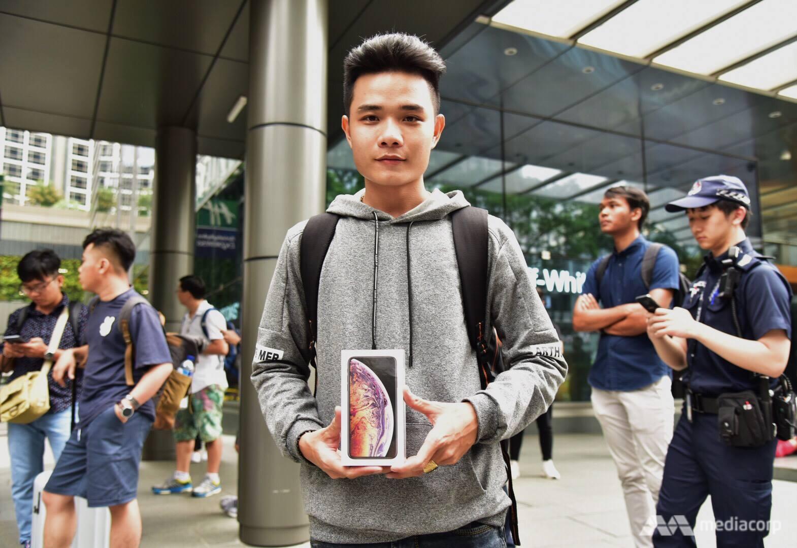 Thanh niên Việt Nam là người đầu tiên xếp hàng mua iPhone, cộng đồng mạng nghĩ gì?