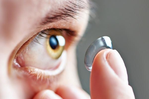 Giới khoa học cảnh báo nguy cơ mù lòa do không vệ sinh kính áp tròng đúng cách