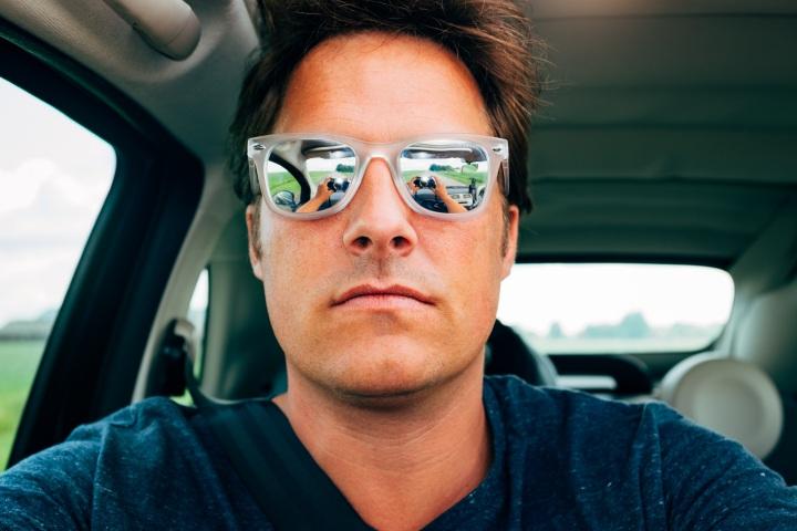Tại sao gã đàn ông nào khi selfie cũng làm một kiểu mặt như nhau?
