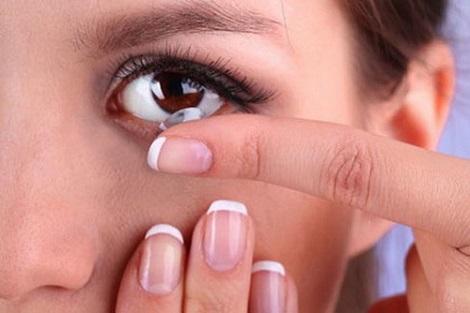Dùng kính áp tròng: Những điều cần ghi nhớ