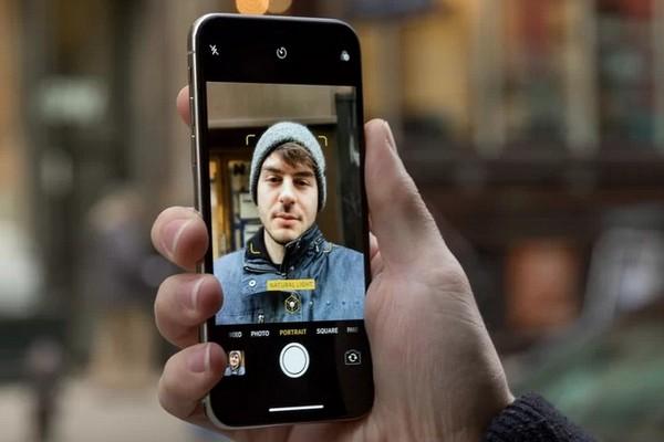 """Thực hư chuyện camera selfie của iPhone XS/XS Max """"làm mịn da"""" quá đà giống máy Android?"""