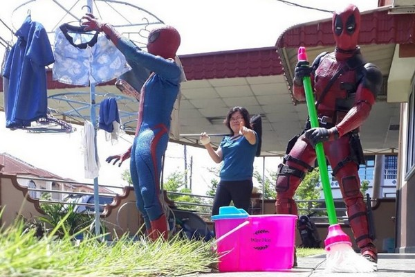 """Anh chàng """"lầy lội"""" sai cả dàn siêu anh hùng Marvel, DC làm... osin giúp việc"""