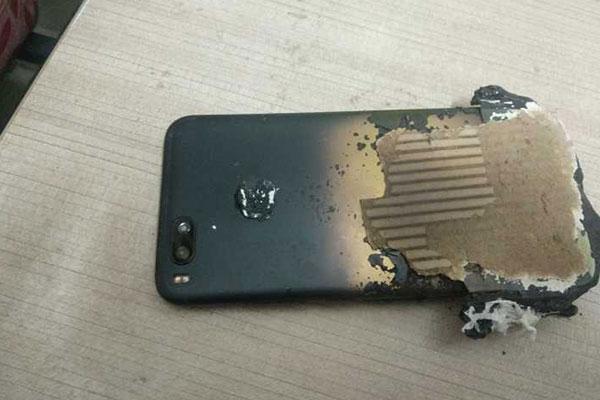 Xiaomi Mi A1 bất ngờ bốc cháy khi đang sạc qua đêm
