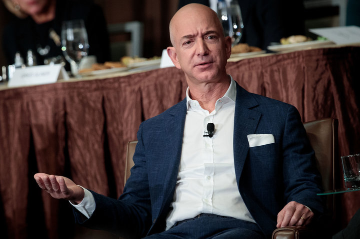 sau 11,5 giây Jeff Bezos sẽ kiếm được khoản tiền ngang bằng thu nhập cả năm của nhân viên có bậc lương thấp nhất Amazon