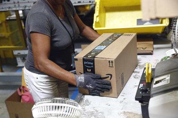 Sau khi tăng lương tối thiểu cho nhân viên, Amazon cắt luôn tiền thưởng và trợ cấp cổ phiếu