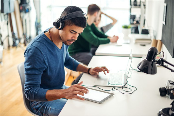 Nghe nhạc khi làm việc ảnh hưởng thế nào đến não bộ của bạn?