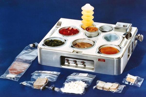 Con người ăn uống ngoài vũ trụ trong 60 năm qua như thế nào?