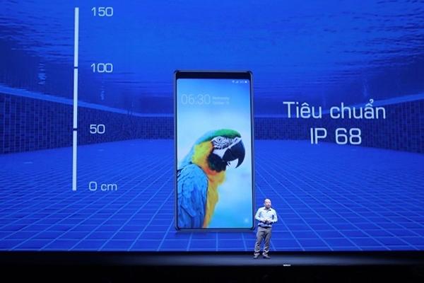 Bphone 3 là smartphone duy nhất dưới 7 triệu đồng thả được vào canh cua, rửa xà phòng