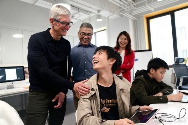 """Tim Cook thân chinh tới Trung Quốc để """"níu kéo"""" khách hàng mua iPhone mới?"""
