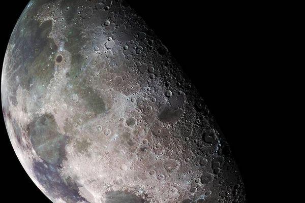 Các nhà khoa học và cư dân mạng lại dậy sóng về cách gọi... mặt trăng của mặt trăng