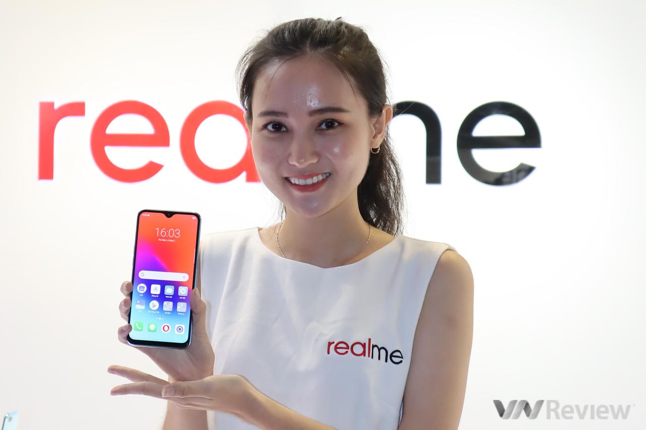 """Realme chính thức """"chào sân"""" Việt Nam với 3 smartphone tai thỏ/giọt sương, camera kép, giá từ 2,49 triệu"""