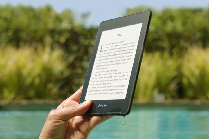 Kindle Paperwhite mới với khả năng chống nước IPX8. Ảnh: TheVerge