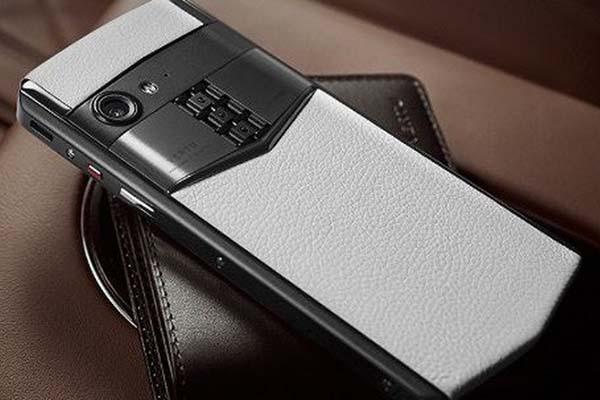 Nên làm gì khi công ty bị phá sản? Làm một chiếc smartphone 5.000 USD chứ còn gì nữa!