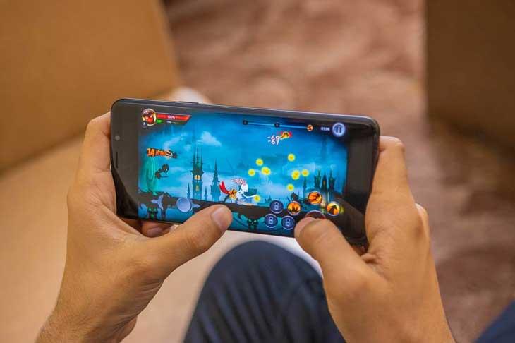 Không chịu thua Razer, Samsung nhảy vào làm điện thoại chơi game
