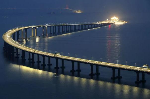 """""""Trên tay"""" cây cầu vượt biển dài nhất thế giới nối liền Hồng Kông và Ma Cao"""
