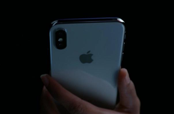 Samsung kiện chính đại sứ thương hiệu của mình vì... dùng iPhone X trên TV