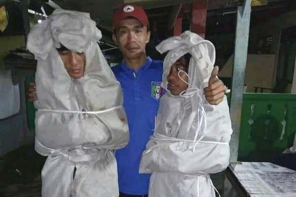 Hai thiếu niên Indonesia bị phạt ngủ ngoài nghĩa địa vì can tội dọa ma người khác
