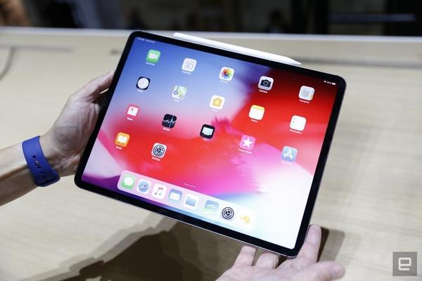 iPad Pro 2018 có thể sạc ngược cho iPhone, được tặng kèm cục sạc nhanh 18W