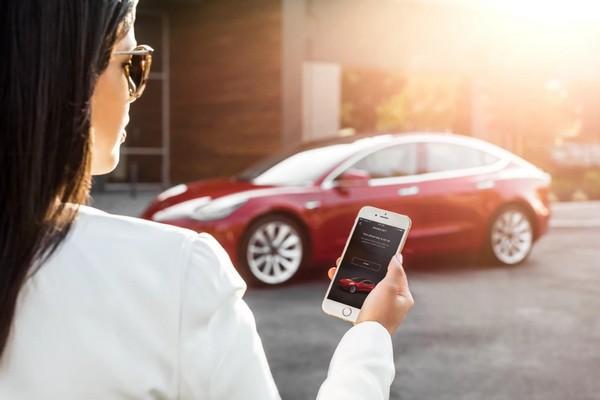 """Elon Musk: Chủ nhân xe Tesla sắp có thể """"triệu hồi"""" xế hộp ngay trước mặt bằng cách gọi điện"""