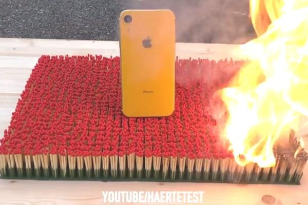 """iPhone XR """"đọ sức"""" với 10 ngàn que diêm và cái kết?"""