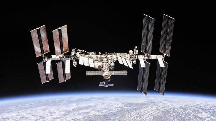 Trạm vũ trụ quốc tế do các thành viên phi hành đoàn Expedition 56 chụp từ một tàu vũ trụ Soyuz sau khi tách rời.