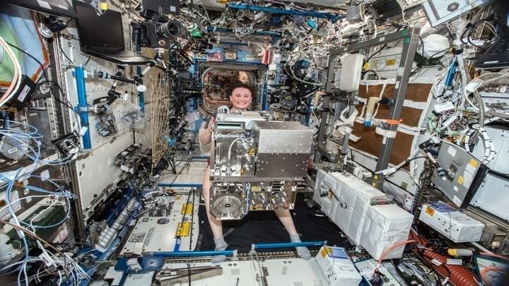 Expedition 57 kỹ sư hàng không Serena Aunon-Chancellor của NASA trong công tác bảo trì trên Trạm vũ trụ quốc tế.