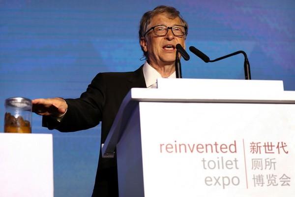Bill Gates giơ cao lọ đựng phân người, quảng bá về công nghệ nhà vệ sinh mới
