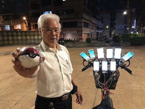 Game thủ 70 tuổi dùng 11 chiếc điện thoại để chơi Pokemon Go