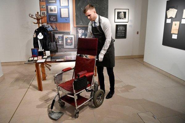 Có người bỏ ra hơn 9 tỷ đồng để mua lại chiếc xe lăn của thiên tài quá cố Stephen Hawking