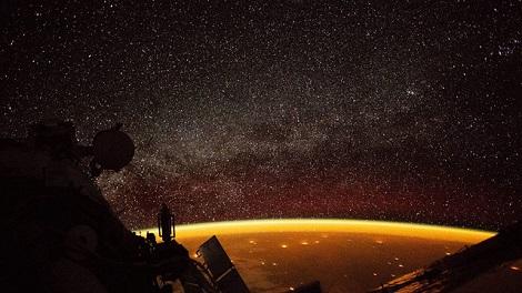 Sự thật về quầng sáng màu cam bí ẩn bao quanh Trái Đất
