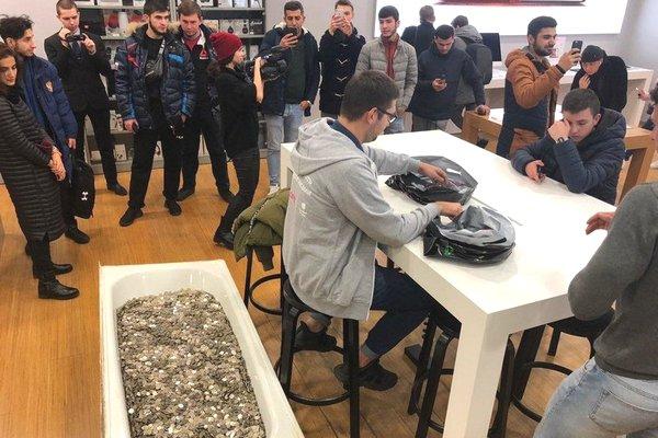 Một nhóm thanh niên Nga mang hẳn bồn tắm chứa đầy tiền xu tới cửa hàng để mua iPhone XS