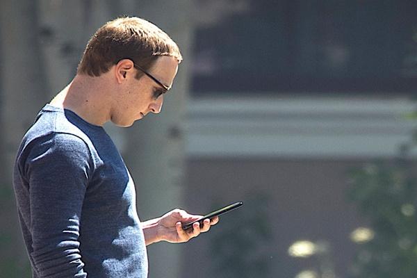 Đáp trả chỉ trích của Tim Cook, Mark Zuckerberg kêu gọi nhân viên không dùng iPhone