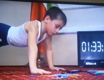 Các thanh niên nghĩ gì khi biết cậu bé 5 tuổi chống đẩy hơn 4000 cái không nghỉ?