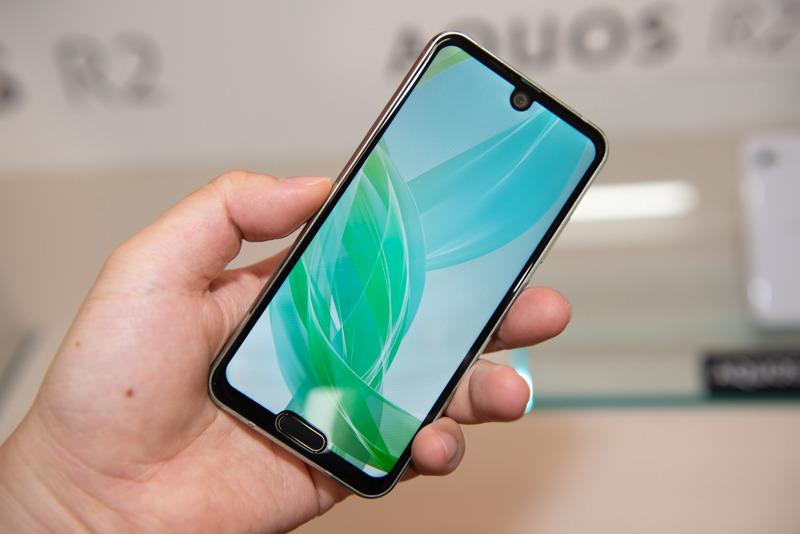 """Cận cảnh smartphone """"siêu dị"""" Sharp AQUOS R2 compact: đục lỗ camera, có cả """"giọt nước"""" lẫn """"tai thỏ"""""""