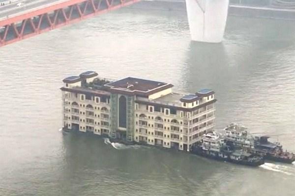 Chuyện lạ chỉ có ở Trung Quốc: Dùng tàu vận tải di dời cả một tòa nhà 5 tầng trên sông